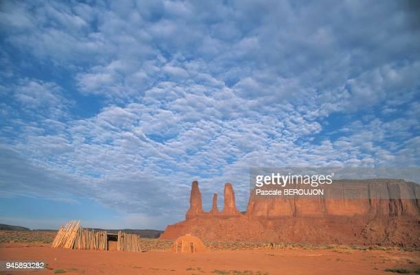 a traditional Navajo hut Hogan habitat traditionnel navajo