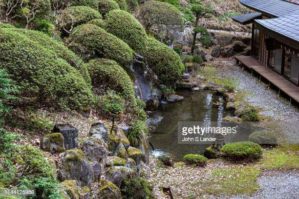 Hokkeji Temple Garden is next door to Kaminomiya at Suwa Taisha Shrine with an impressive pond garden. There are satsuki azaleas planted on the slope...