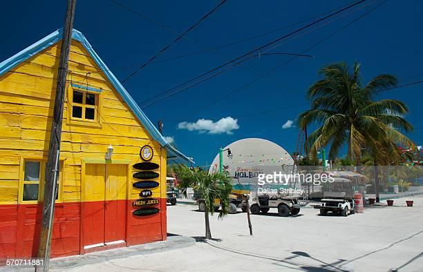 holbox island street scene with town square - isla holbox fotografías e imágenes de stock