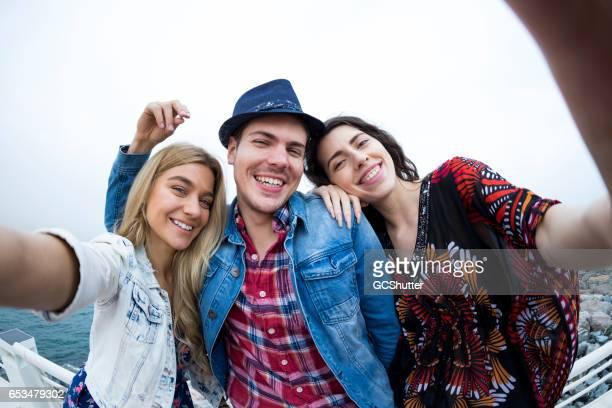tenez fermement les filles, nous prenons un selfie - grand angle photos et images de collection
