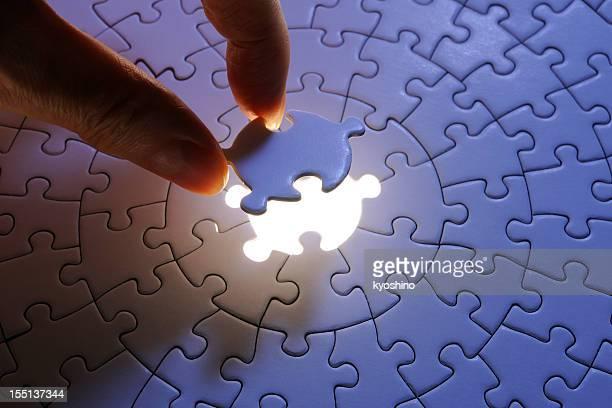 Sosteniendo un azul última pieza del rompecabezas