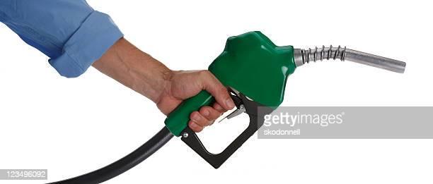 tenendo un ugello per gas - distributore di benzina foto e immagini stock