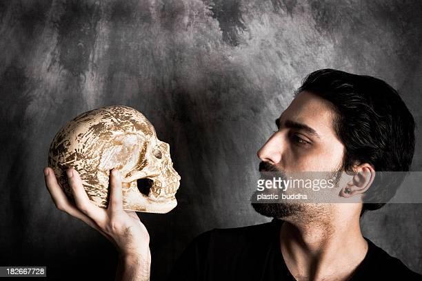 Tenant un motif de crâne