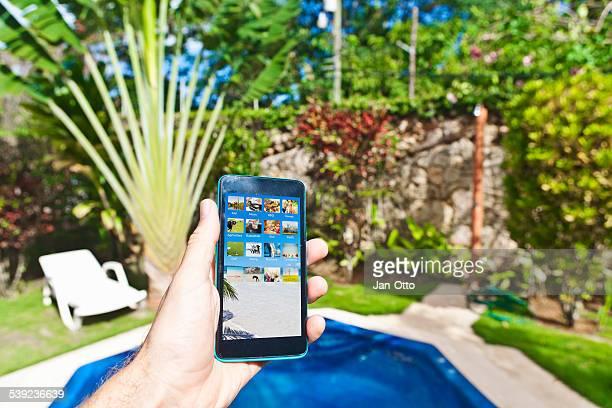 スマートフォンを手で、カリブ海のガーデンドミニカ共和国