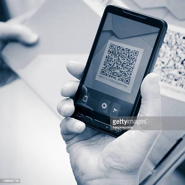 Halten ein smartphone-Fotografie qr-code