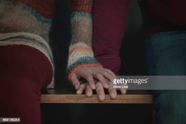 holding hands - amour photos et images de collection