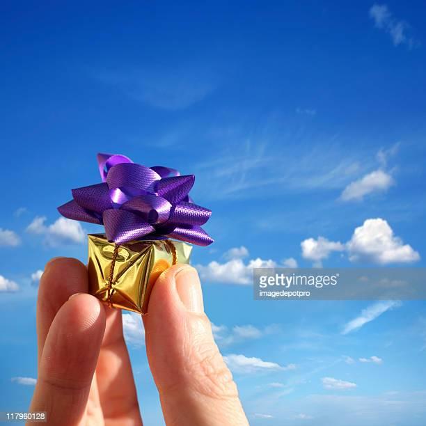 Tenant petit cadeau sur sky