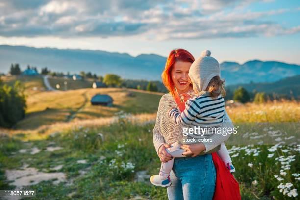 hålla min tjej i naturen - rumänien bildbanksfoton och bilder