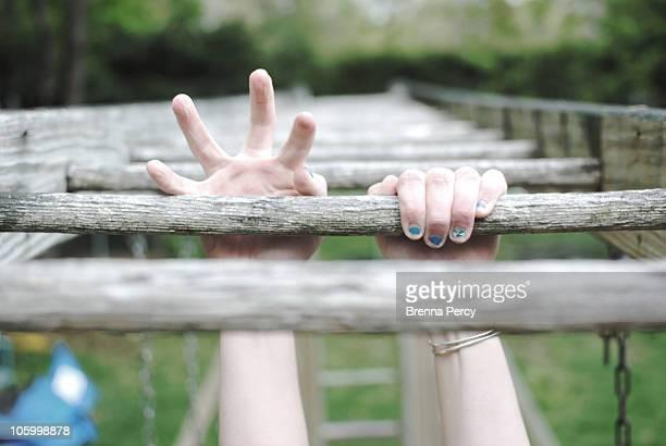 holding on - ジャングルジム ストックフォトと画像