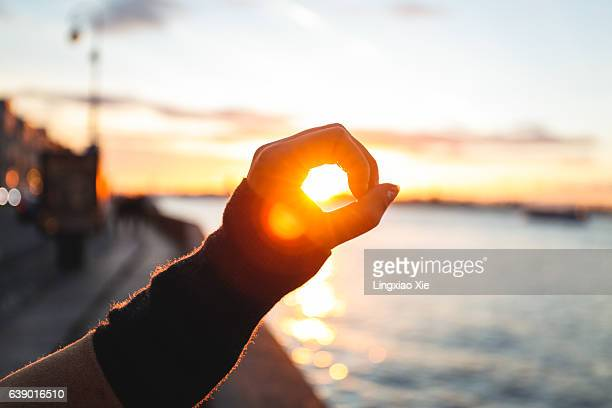 holding the sunlight along the neva river, st. petersburg - besonderes lebensereignis stock-fotos und bilder