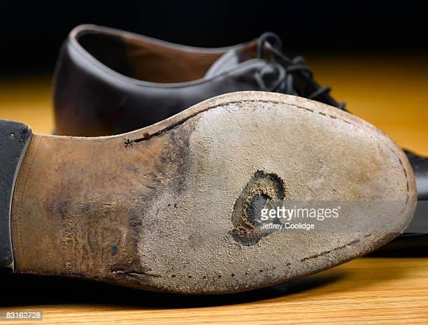 hole in bottom of shoe - buraco - fotografias e filmes do acervo