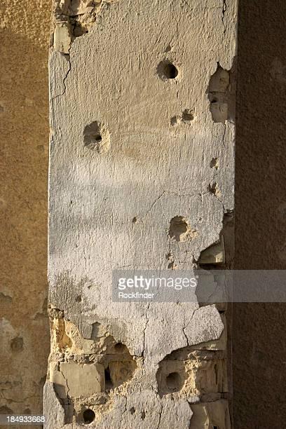 holed pared - agujero de bala fotografías e imágenes de stock