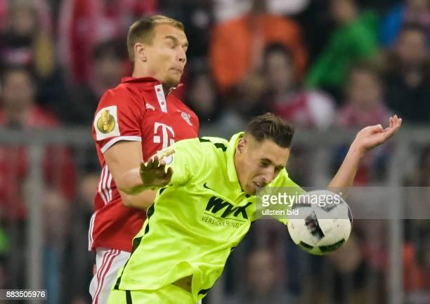 Holger Badstuber im Kopfballduell mit Dominik Kohr waehrend dem Fussball DFB Pokalspiel 1/16 Finale FC Bayern Muenchen gegen FC Augsburg in der...