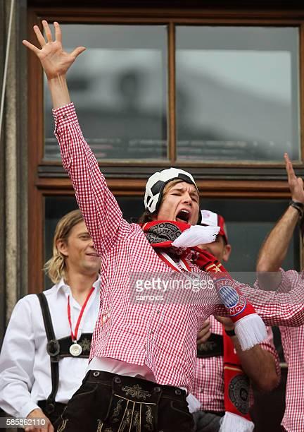 Holger Badstuber mit Meisterschale Am Rathausbalkon zeigen die Soieler des FC Bayern Munchen den Fans Die Mannschaft des FC Bayern feiert mit senen...