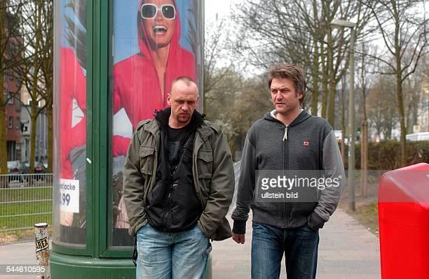 Holger Stanislawski, Sportdirektor FC St. Pauli, und Dietmar Beiersdorfer, Sportdirektor HSV, beim gemeinsamen Spaziergang