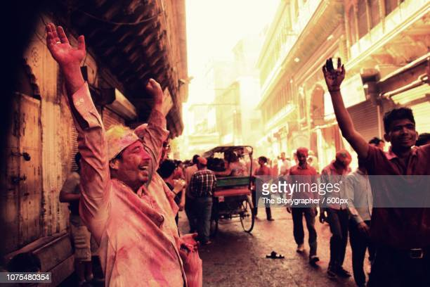 holi, festival of colors. mathura, india - the storygrapher stock-fotos und bilder