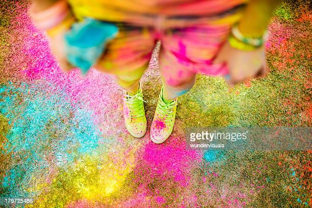 holi powder festival-konzept mit hipster mädchen - teenage girls feet stock-fotos und bilder