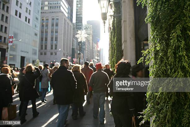holiday crowd walking on fifth avenue - fifth avenue stock pictures, royalty-free photos & images