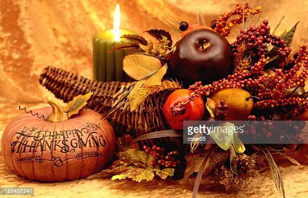 祝日:な感謝祭の静物、パンプキン、コルヌコピア、キャンドル - 豊穣の角 ストックフォトと画像