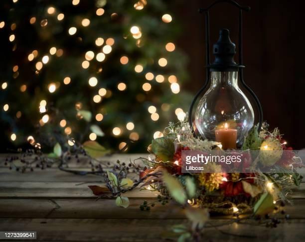 lanterna per le vacanze - composizione di fiori foto e immagini stock