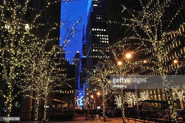 weihnachten beleuchtung in manhattan, new york city - new york weihnachten stock-fotos und bilder