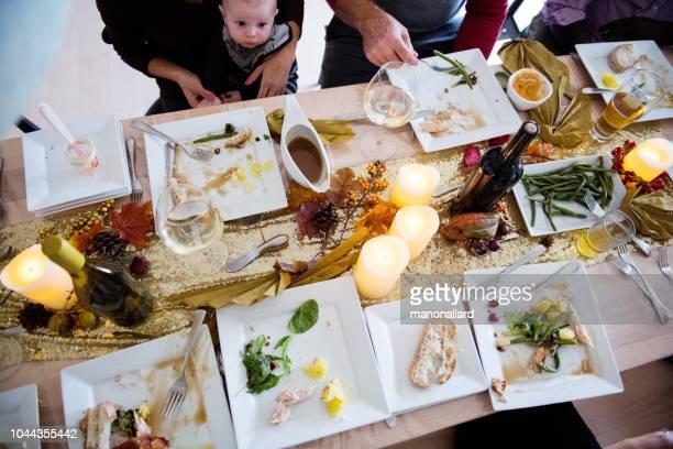 ホリデー シーズン家族や友人感謝祭のディナー中に多民族 - 宴の後 ストックフォトと画像