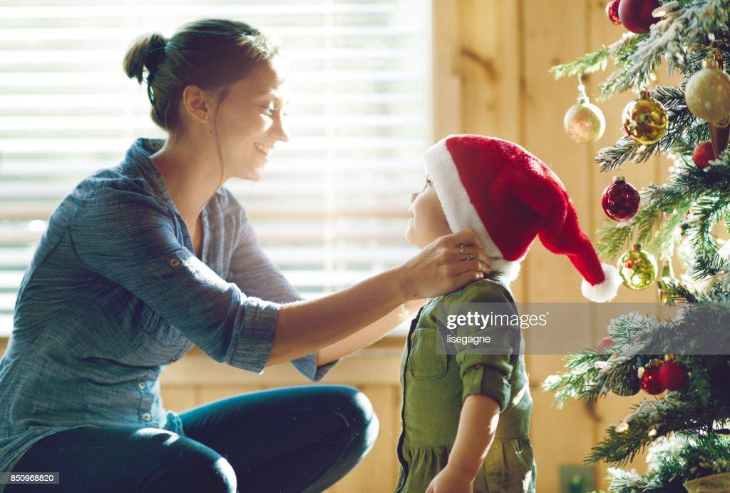Ferienzeit: Familie schmücken den Weihnachtsbaum : Stock-Foto