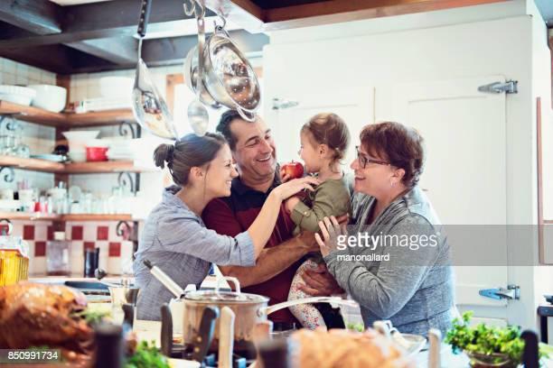 Fêtes familiales multigénérationnelle préparation dîner de thanksgiving