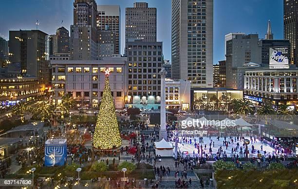 holiday season. people ice skating at night and enjoying christmas and chanukah festival. - estrelas de natal imagens e fotografias de stock
