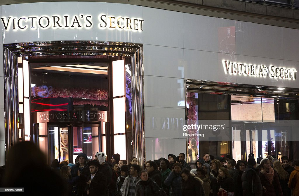 Holiday shoppers crowd the sidewalk outside a Victoria's Secret store near Herald Square in New York, U.S., on Sunday, Dec. 23, 2012. Holiday shoppers descended on U.S. stores this weekend in a last-minute dash to buy gifts amid concerns about the nation's economy and the impasse in Washington over taxes and spending. Photographer: Victor J. Blue/Bloomberg via Getty Images