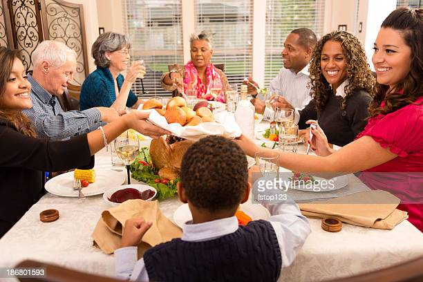 Jours fériés: Famille et amis, réunissez-vous pour dîner à la maison de Grand-mère.