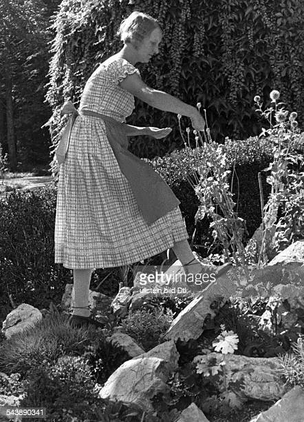 Holl Gussy Actress Chanson singer Germany*22021888nee Auguste Marie Holl in her rock garden Photographer Alfred Eisenstaedt 1933Vintage property of...