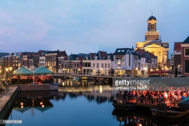 holland, leiden - canal twilight - ライデン ストックフォトと画像