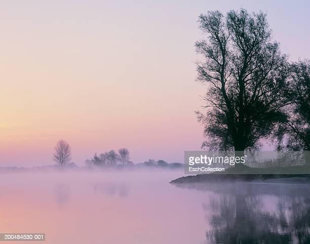 holland, s-hertogenbosch, river maas at dawn (long exposure) - 's hertogenbosch stockfoto's en -beelden