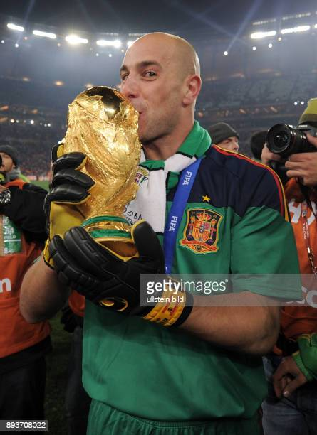 FUSSBALL Holland Spanien Pepe REINA jubelt mit dem WM Pokal