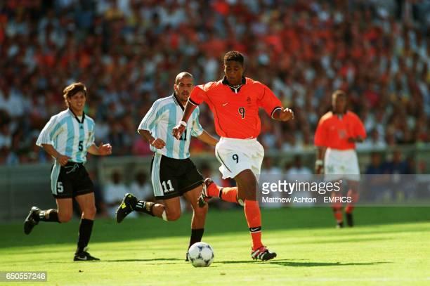 Holland's Patrick Kluivert gets away from Argentina's Matias Almeyda and Juan Veron