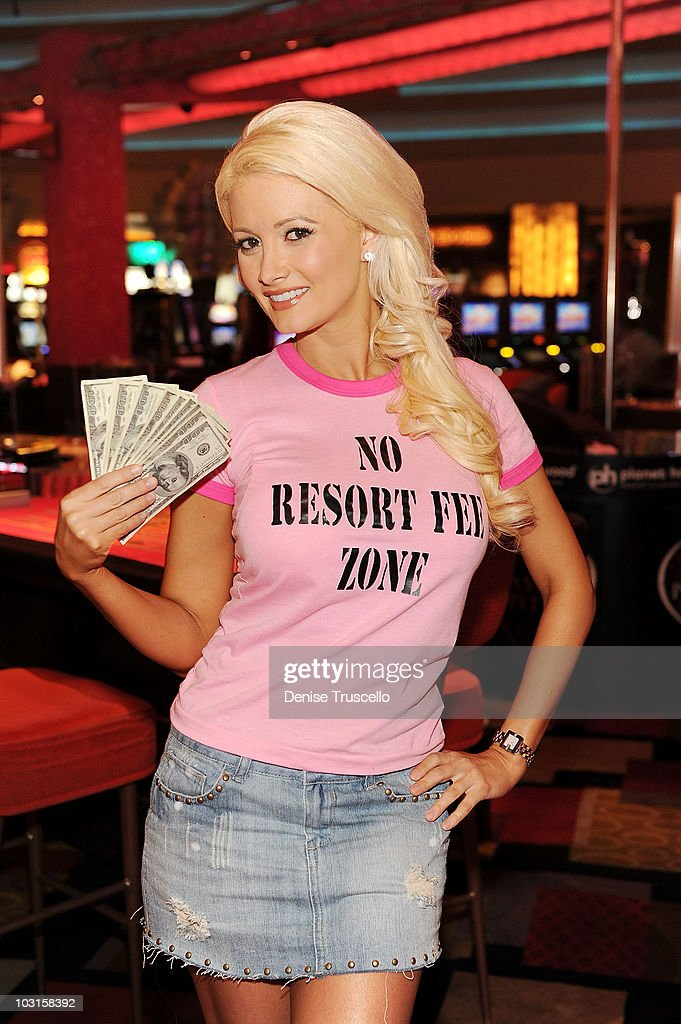 Holly Madison Commemorates 'No Resort Fees' At Planet Hollywood Resort An : ニュース写真