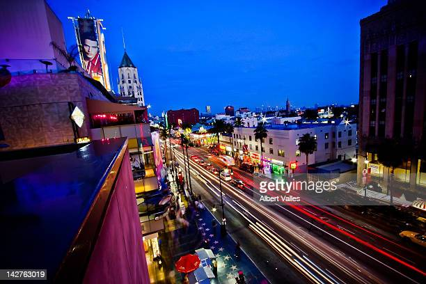 hollywood boulevard life at blue hour! - hollywood californie photos et images de collection