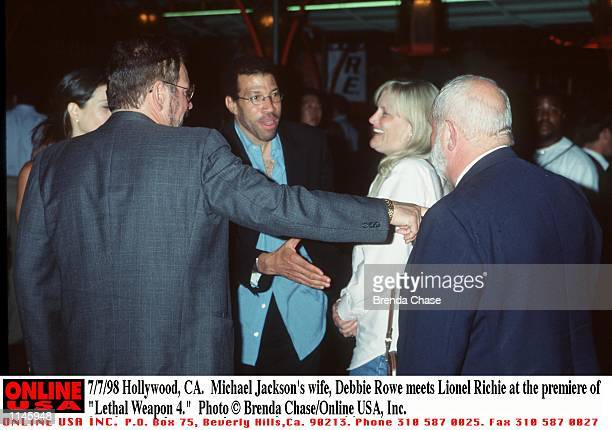 Hollywood CA Michael Jackson's wife Debbie Rowe meets Lionel Richie at the premiere of Lethal Weapon 4