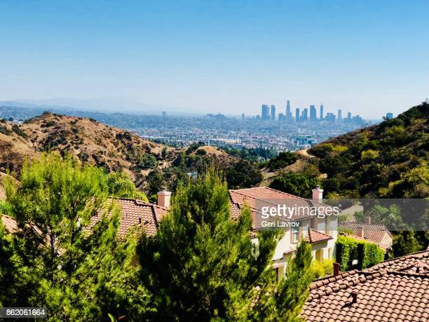 hollywood hills with downtown los angeles in the background - hollywood californie photos et images de collection