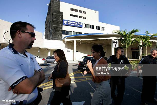 Hollywood Police officers stand in front of the Hollywood Memorial Regional Hospital where Anna Nicole Smith was taken February 8 2007 in Hollywood...