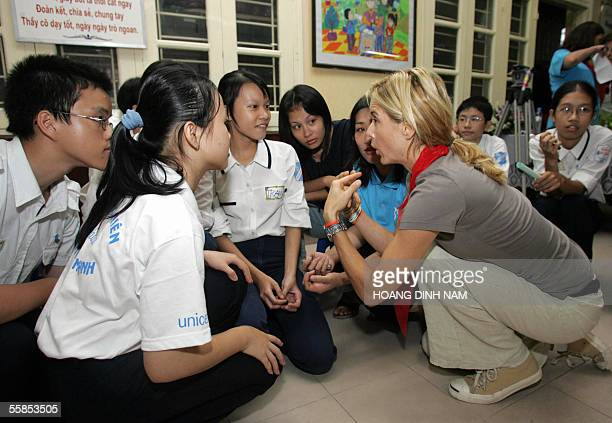 Hollywood star and UNICEF Good Will Ambassador for US Tea Leoni has a discussion with pupils during a visit to a local primary school in Hanoi 05...