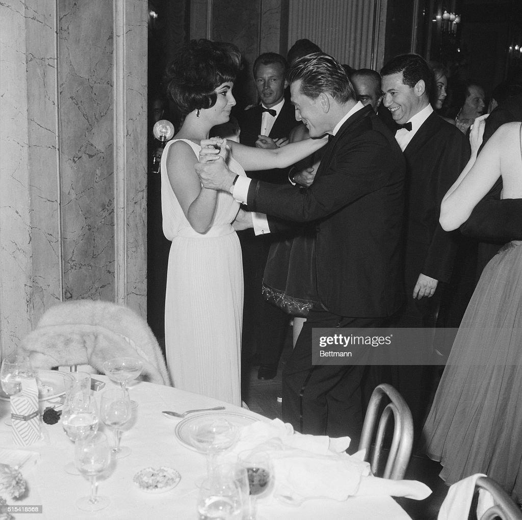de0124a69d11 Hollywood stars Elizabeth Taylor and Kirk Douglas enjoy themselves ...
