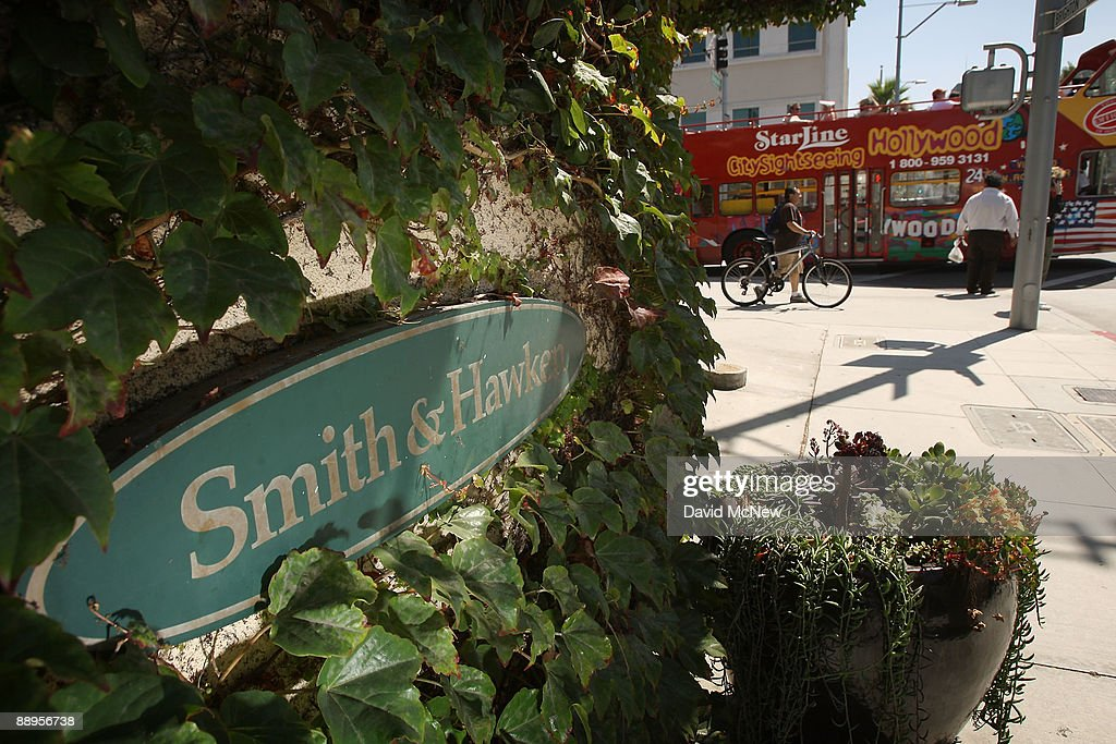 A Hollywood Tour Bus Passes A Smith U0026 Hawken Garden Store Holding Its Final  Sale After