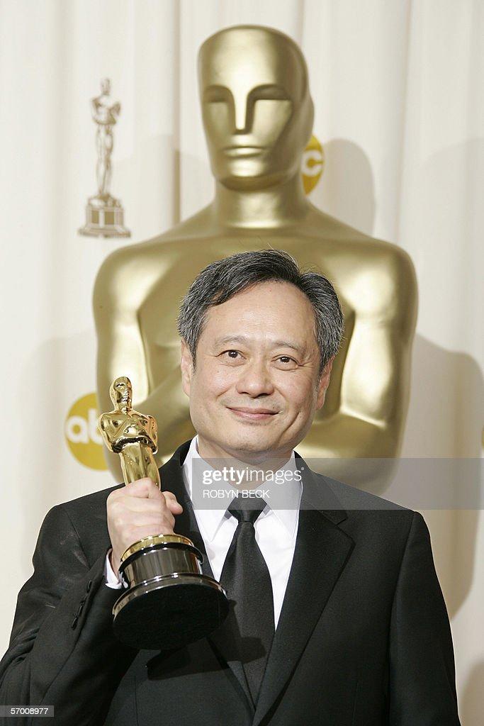 Director Ang Lee poses with his Oscar fo : News Photo