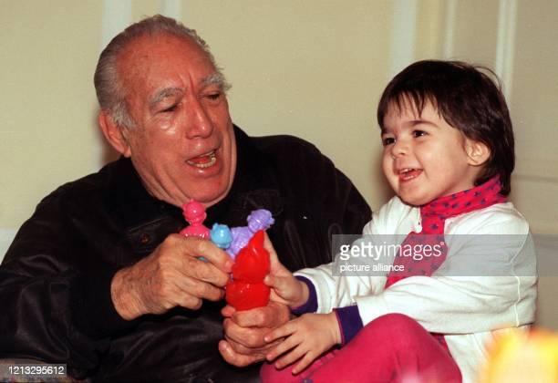 Hollywood-Legende Anthony Quinn spielt am 23.2.1996 in seiner Hotel-Suite in Hamburg mit seiner zweieinhalb Jahre alten Tochter Antonia. Auch mit 80...