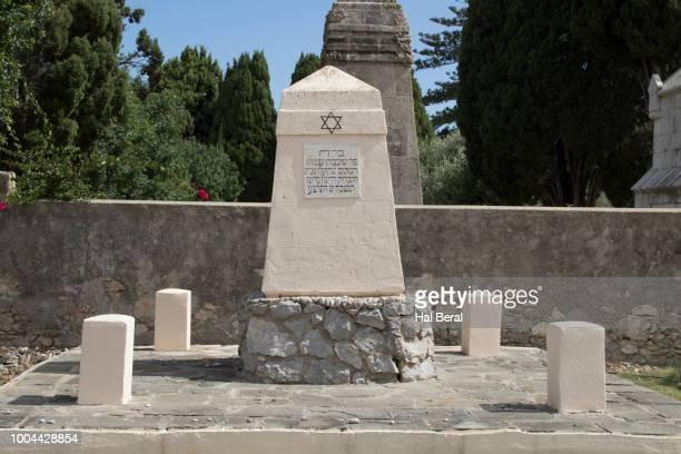 holocaust memorial in the jewish cenetery of rhodes - greece wwii stockfoto's en -beelden