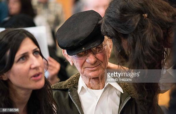 Holocaust survivor Joshua Kaufman attends a trial against a former Auschwitz guard with his daughters Rachel und Alexandra at the court in Detmold...