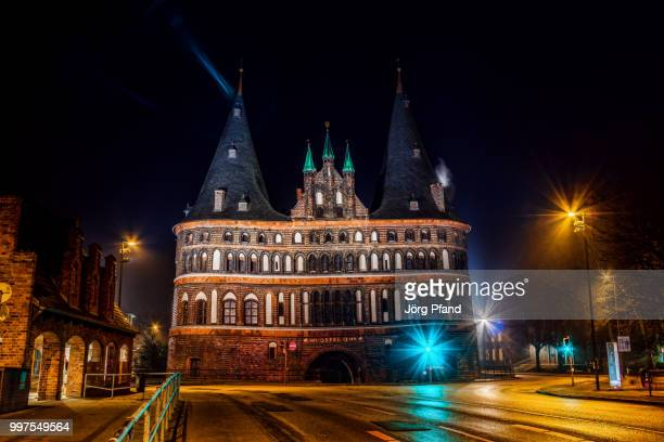 holstentor bei nacht - nacht stock pictures, royalty-free photos & images