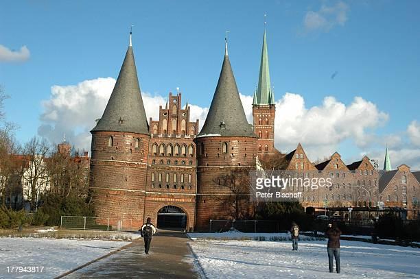 Holstentor Hansestadt Lübeck SchleswigHolstein Deutschland Europa Winter Schnee Wahrzeichen Reise